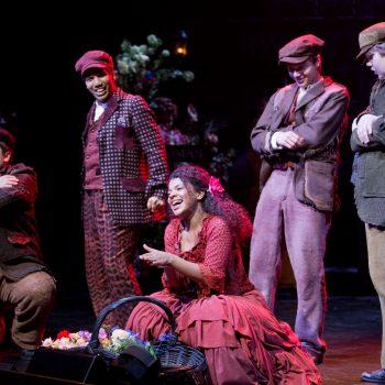 Oulun teatteri – My Fair Lady. Kuvassa Yasmine Yamajako sekä laulavaa ja tanssivaa ensembleä. Kuva © Jussi Tuokkola