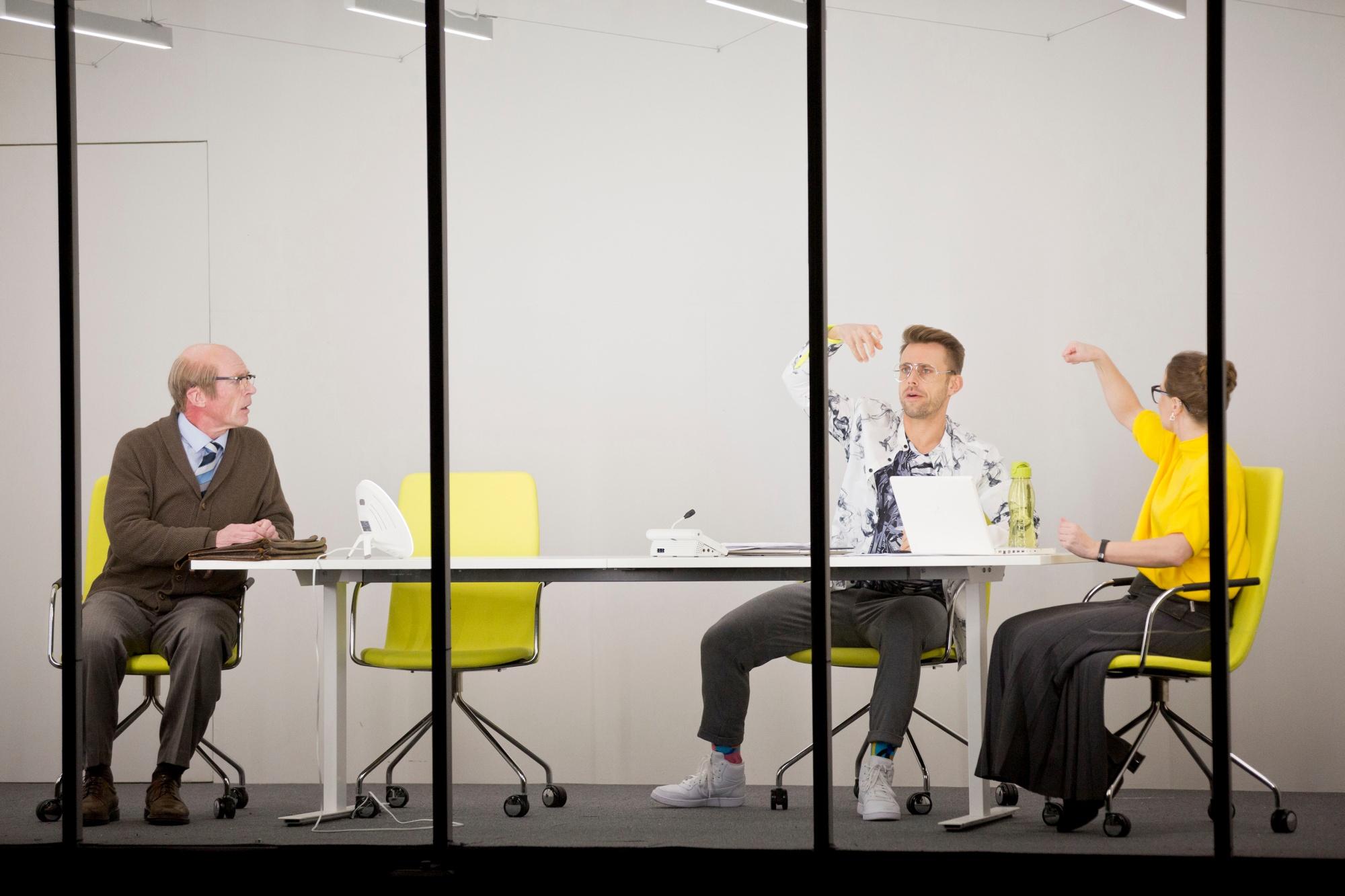 Raine (Pentti Korhonen) työhaastattelussa, tenttaajina Jimi (Antti Launonen) ja Jannica (Anne Syysmaa)