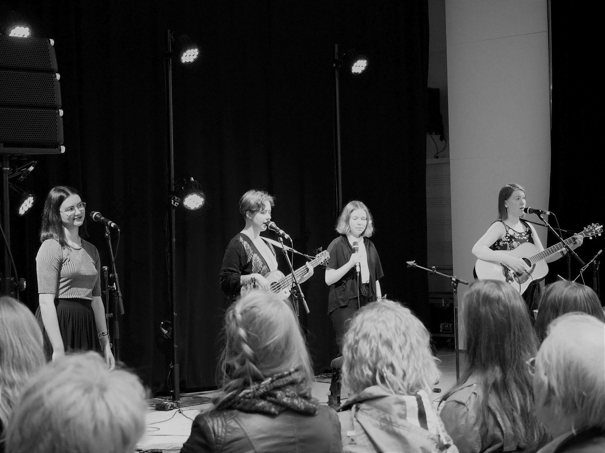 Maiju Lundell (vas.), Katja Lundell, Siru Lundell ja Leena Lundell. Kaustinen Folk Music Festival