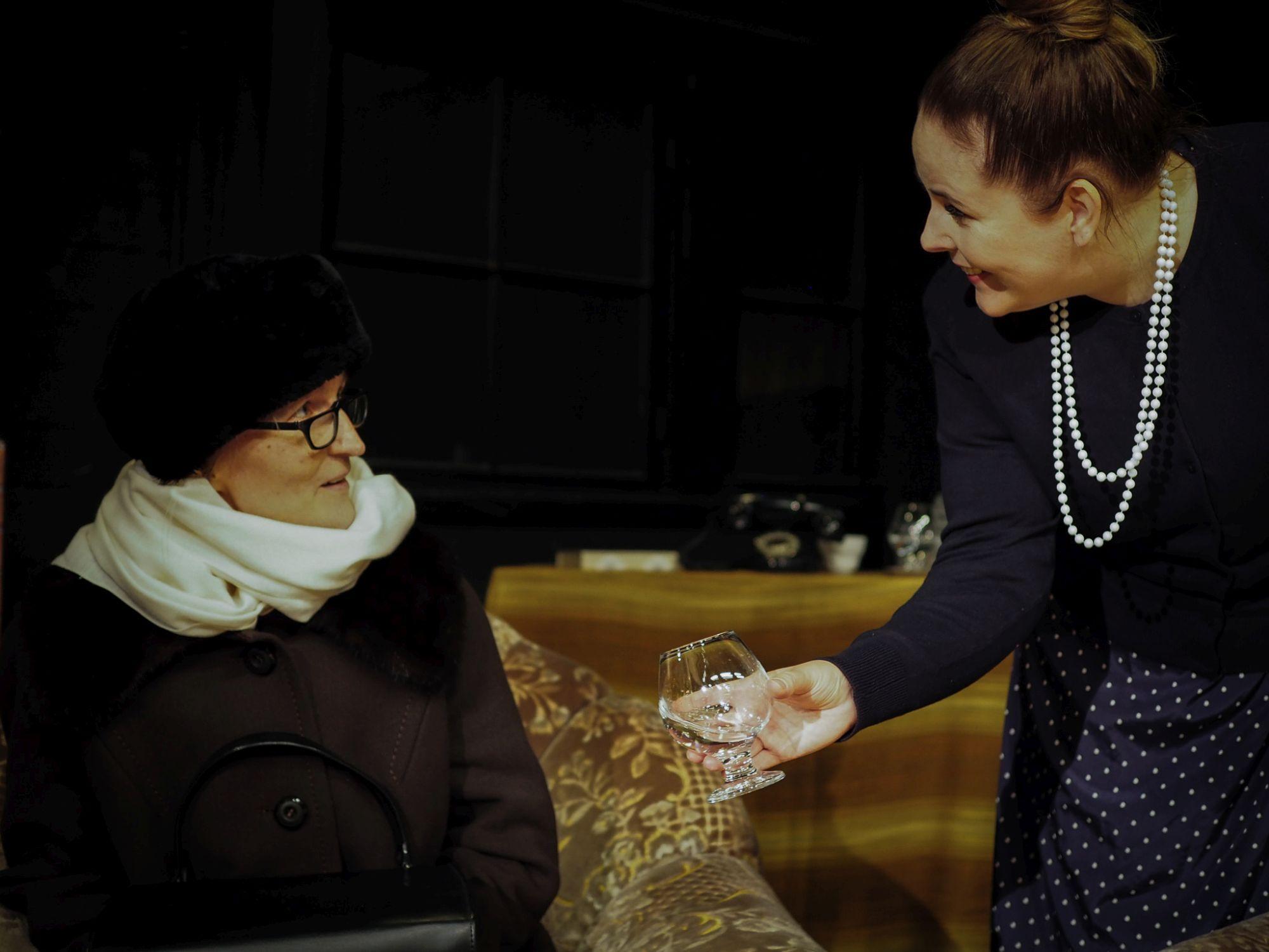 Rouva Boylelle (Pia-Inka Pohjola) juomaa tarjoilee Mollie (Marja Roikola).